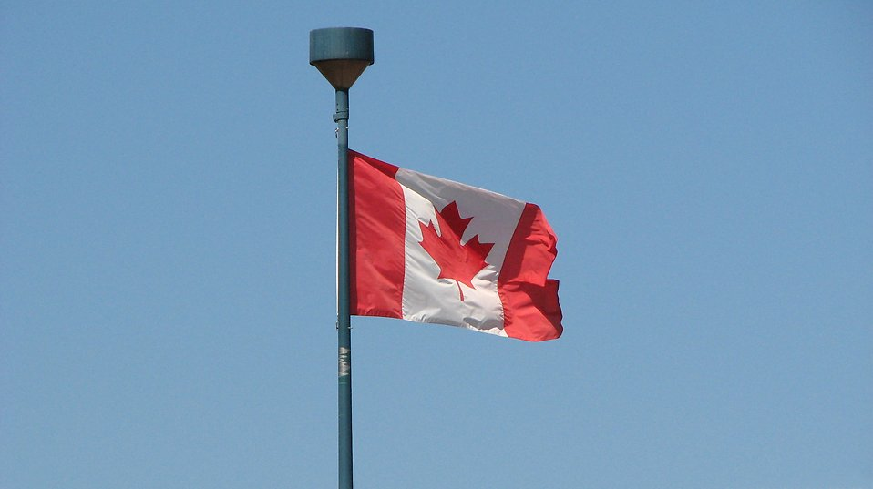1176-canadian-flag-in-blue-sky-pv